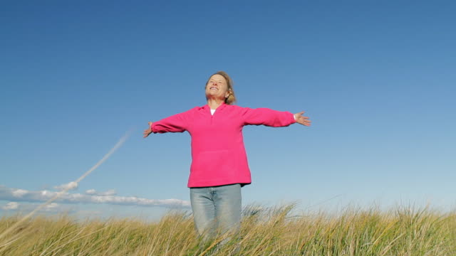 ms mature woman with outstretched arm in beach grass / sea bright, new jersey, usa - einzelne frau über 40 stock-videos und b-roll-filmmaterial