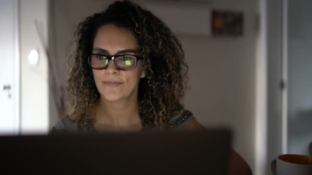 donna matura che lavora da casa - mature adult video stock e b–roll