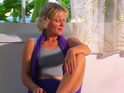 stockvideo's en b-roll-footage met mature woman working out - alleen oudere vrouwen