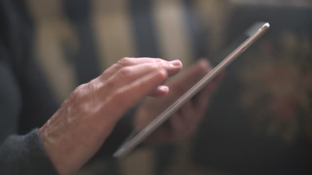 stockvideo's en b-roll-footage met cu mature woman's hand using a digital tablet - ipad