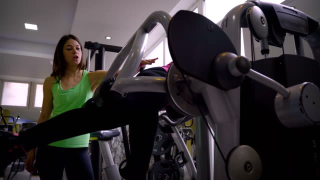 mature women have a workout with personal trainer - durevolezza video stock e b–roll