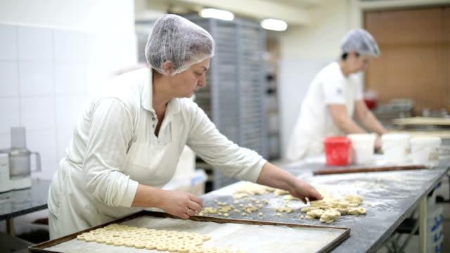 reife frauen machen cookies - haarnetz stock-videos und b-roll-filmmaterial