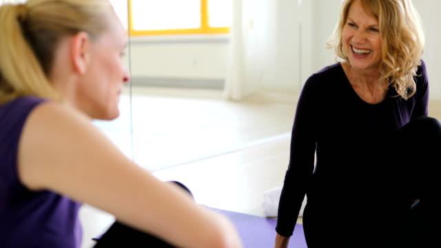 vidéos et rushes de femmes mûres parler tout en se reposant au cours d'yoga - 40 44 ans