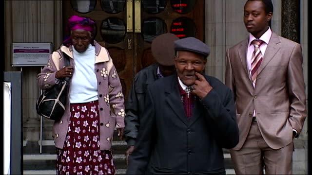 vidéos et rushes de government admits torture took place; england: london: high court: ext group of elderly kenyans, paulo muoka nzili, wambuga wa nyingi and jane... - politics and government