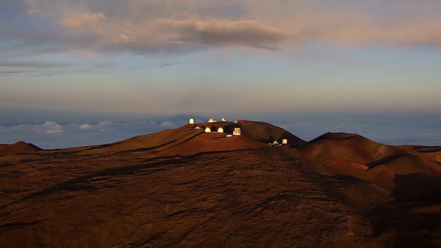 ws aerial mauna kea observatories on mountain / hawaii, united states - 1 minuto e più video stock e b–roll