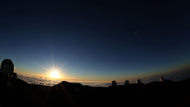 mauna kea with setting sun, hi, usa - 1 minuto e più video stock e b–roll