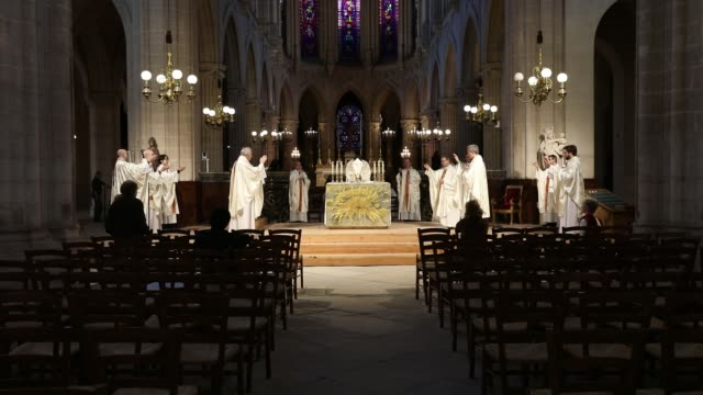 vidéos et rushes de maundy thursday mass celebrated at saint-germain-l auxerrois church by the archbishop of paris monsignor michel aupetit in the absence of the... - catholicisme