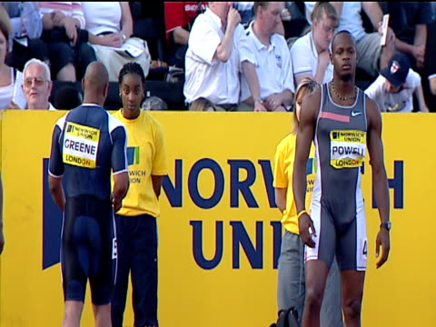 vídeos de stock e filmes b-roll de maurice greene and asafa powell on starting line, men's 100m final, 2004 crystal palace athletics grand prix, london - campeonato desportivo