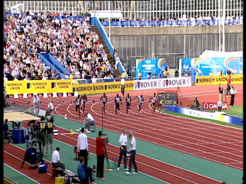 maurice greene cruises to easy win during men's 100m heat 2, 2004 crystal palace athletics grand prix, london - ヒート点の映像素材/bロール