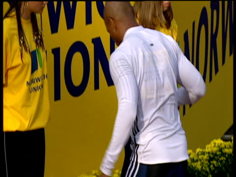 maurice greene prepares for race men's 100m heat 2 2004 crystal palace athletics grand prix london - qualification round stock videos & royalty-free footage