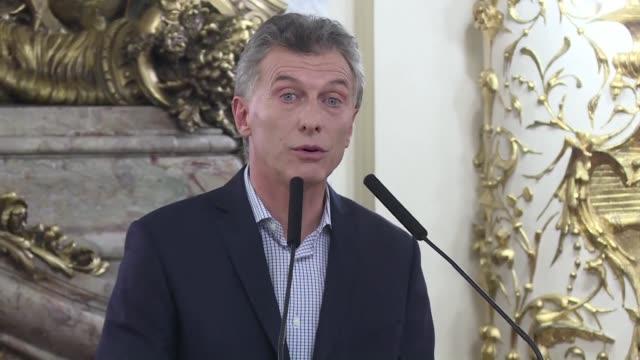 vídeos de stock e filmes b-roll de mauricio macri presidente de argentina anuncio el jueves que ordeno reiniciar las negociaciones del acuerdo por la millonaria deuda de una empresa de... - presidente de empresa