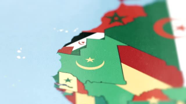 世界地図上に国旗とモーリタニアの国境 - ヌアクショット点の映像素材/bロール