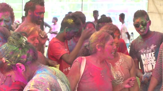 vídeos de stock, filmes e b-roll de mauritius celebrates the hindu festival of holi with bonfires and the of throwing coloured powder symbolising the arrival of spring and the triumph... - ilhas mascarene