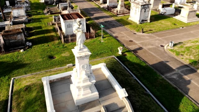 vidéos et rushes de mausoleum in greenwood cemetery new orleans louisiana - pierre tombale