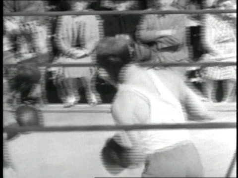 max baer trains with a sparring partner in the ring before a fight against james j. braddock. - 1935年点の映像素材/bロール