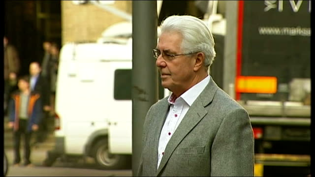 london southwark crown court ext max clifford getting out of taxi along and posing for photocall then away towards court - サウスワーク刑事法院点の映像素材/bロール