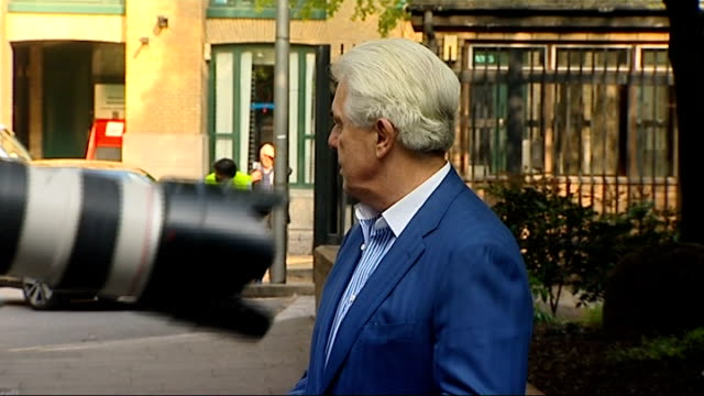 max clifford court arrival; england: london: southwark crown court: ext max clifford arriving at court as stops to pose for press / various clifford... - lunghezza video stock e b–roll