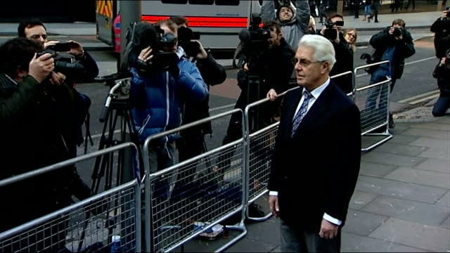 max clifford indecent assault trial starts court arrival england london southwark crown court photography *** max clifford out of taxi poses for... - サウスワーク刑事法院点の映像素材/bロール