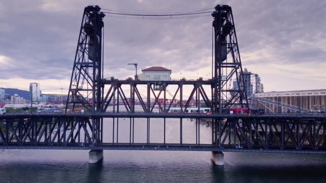 stockvideo's en b-roll-footage met max train crossing steel bridge in portland, or - commercieel landvoertuig