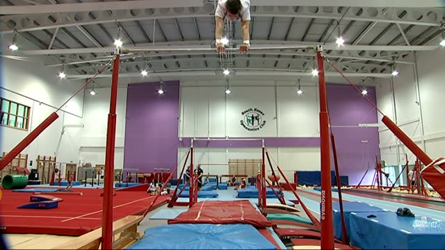 max whitlock back in training after world championships medal essex basildon south essex gymnastics club int gymnast max whitlock training on the... - sbarra da ginnastica video stock e b–roll