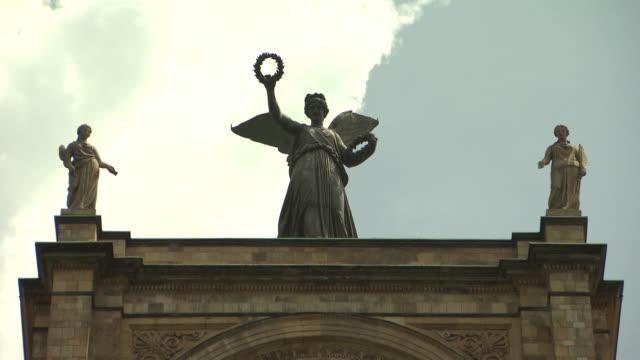 vídeos de stock e filmes b-roll de maximilianeum, architecture, building, sculpture of woman, cloudy - figura feminina