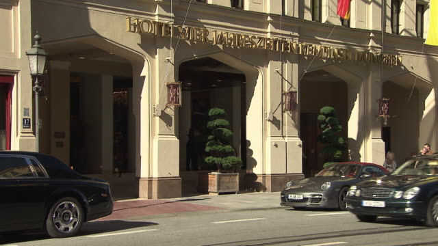 Maximilianstraße, Hotel Vier Jahreszeiten, street, cars