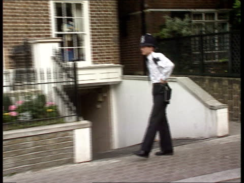 maxwell brothers arrested present chelsea ms police officers outside kevin maxwell's house - kevin maxwell stock videos & royalty-free footage