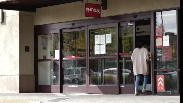 maxx store exteriors in alameda, california, u.s., on monday, may 17, 2021. - catena di negozi video stock e b–roll