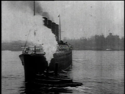 may 1, 1915 departing lusitania with a tugboat guiding it / new york, new york, united states - 1915年点の映像素材/bロール