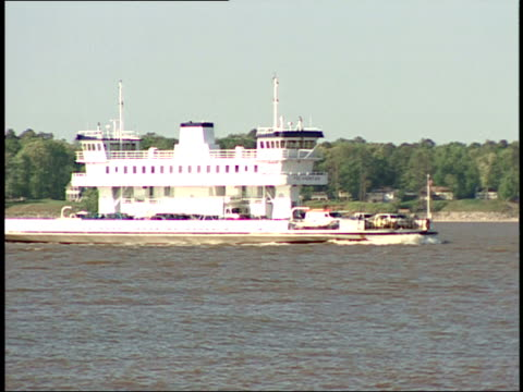 vídeos de stock e filmes b-roll de may 1 2007 ts ferry on james river / jamestown virginia united states - jamestown virginia