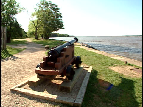 vídeos de stock e filmes b-roll de may 1 2007 memorial cannon by james river / jamestown virginia united states - jamestown virginia