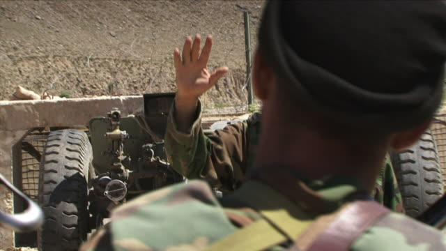 may 1 2009 cu afghan officer talking to soldiers in camp / najil afghanistan - braccio umano video stock e b–roll