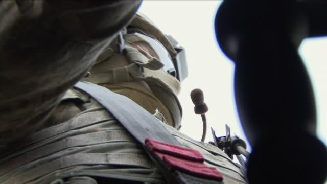vidéos et rushes de may 1 2009 cu zo ms la american soldier inside humvee / panjshir valley afghanistan - uniforme militaire