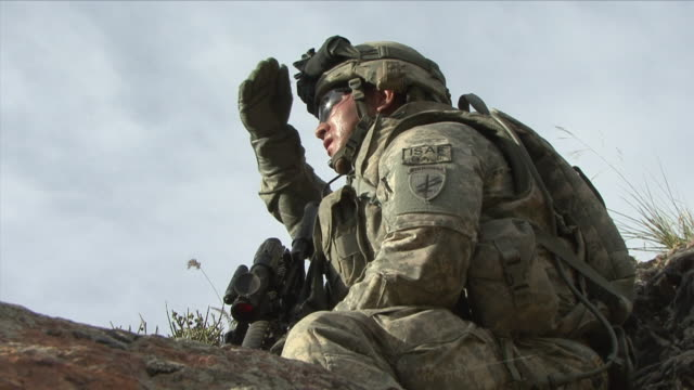 may 1, 2009 american soldier observing terrain / najil, afghanistan - 手をかざす点の映像素材/bロール