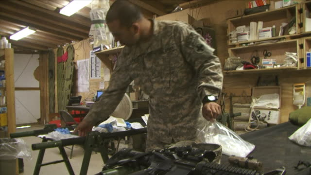 vidéos et rushes de may 1 2009 ms american soldier packing first aid kit / najil afghanistan - uniforme militaire
