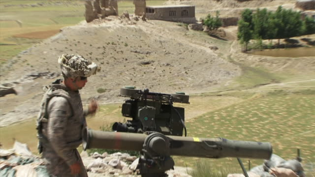 may 1 2009 cu zo ws american soldier with mortar guarding area / konar valley afghanistan - 迫撃砲点の映像素材/bロール
