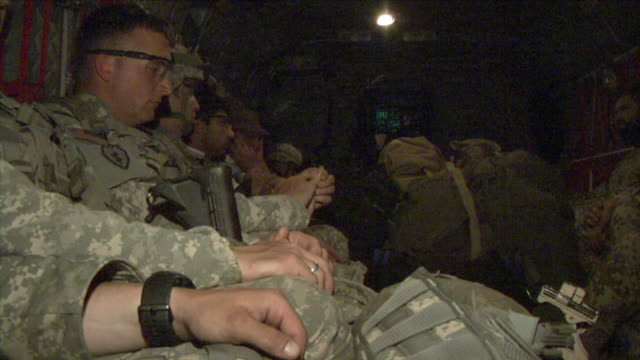 may 1 2009 ms american soldiers inside helicopter / najil afghanistan - fianco a fianco video stock e b–roll