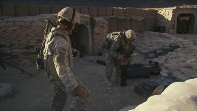 may 1 2009 ws american soldiers using mortar to launch bombs / najil afghanistan / audio - 迫撃砲点の映像素材/bロール