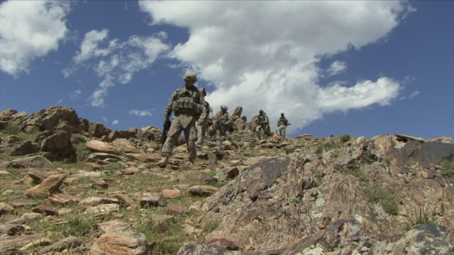 vidéos et rushes de may 1 2009 ws la american soldiers walking down mountain / najil afghanistan - uniforme militaire