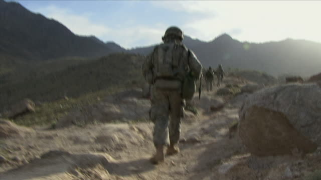 vidéos et rushes de may 1, 2009 american soldiers walking down rocky path / najil, afghanistan - opération enduring freedom