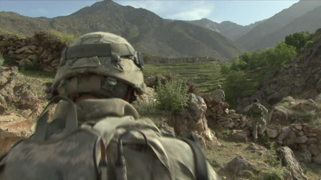 vidéos et rushes de may 1 2009 ws american soldiers walking in mountains / najil afghanistan - uniforme militaire
