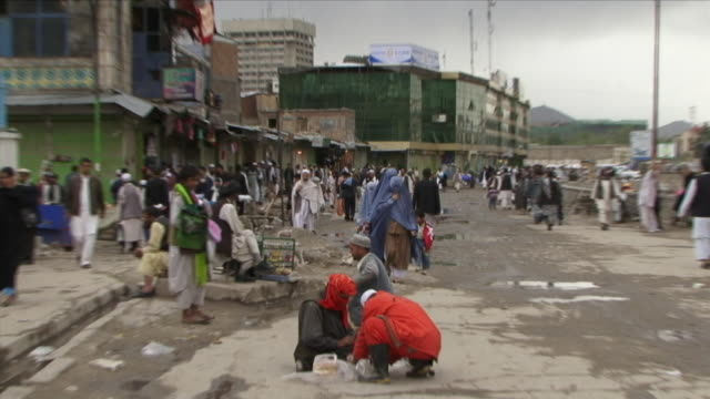 vídeos de stock, filmes e b-roll de may 1 2009 ws zi cu crowded street with women wearing burkas prominent / kabul afghanistan - vestimenta religiosa