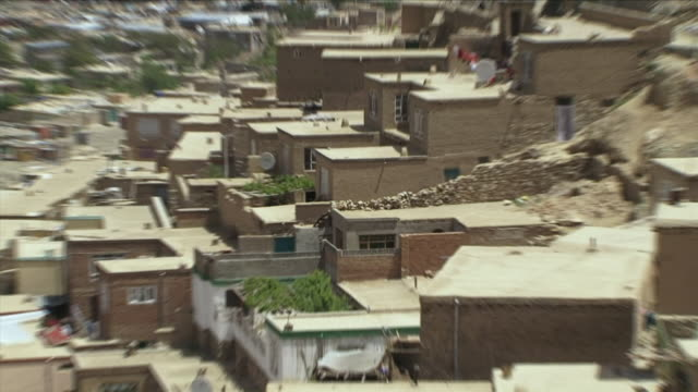 may 1 2009 cu zo ws ha houses in old town / old kabul afghanistan - kabul stock-videos und b-roll-filmmaterial