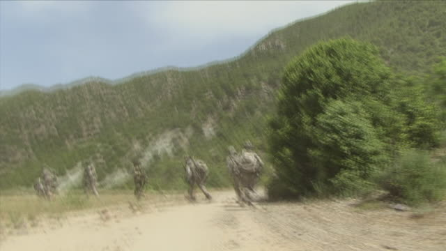 may 1 2009 ws pov shaky american soldiers boarding helicopter / konar valley afghanistan - wackelaufnahme stock-videos und b-roll-filmmaterial