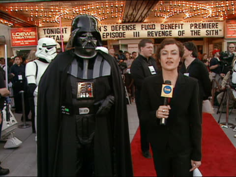 vídeos de stock, filmes e b-roll de may 12 2005 medium shot reporter with darth vader at premiere of star wars episode 3 at uptown theater / dc - 2005