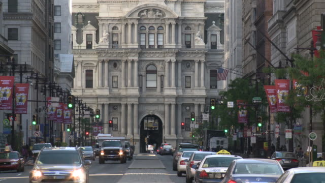 may 13 2010 ha busy traffic in city streets with city hall in the background / philadelphia pennsylvania united states - rathaus von philadelphia stock-videos und b-roll-filmmaterial