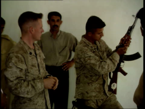 may 15 1999 ts us army soldier conducting firearm training session and demonstrating handling a submachine gun for iraqi police cadets / nasiriyah... - nasiriyah stock-videos und b-roll-filmmaterial
