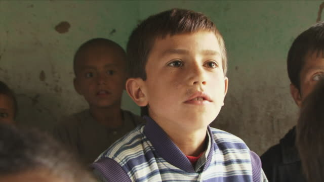 may 18 2009 cu schoolboy speaking during lesson in classroom / panjshir valley afghanistan / audio - schulkind nur jungen stock-videos und b-roll-filmmaterial