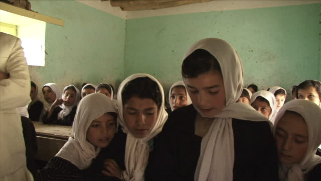 stockvideo's en b-roll-footage met may 18 2009 ms schoolgirls studying alcoran inside classroom / panjshir valley afghanistan / audio - hoofddoek