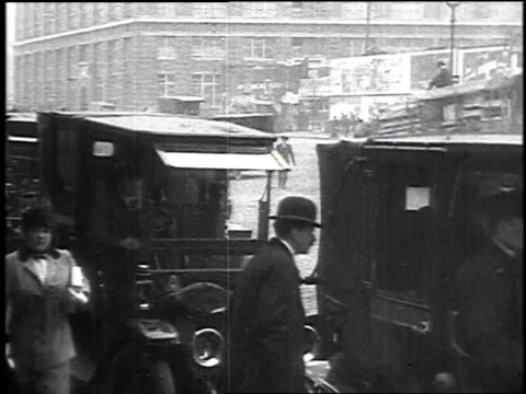 may 1915 montage passengers arriving at a dock by car / new york, new york, united states - 1915年点の映像素材/bロール